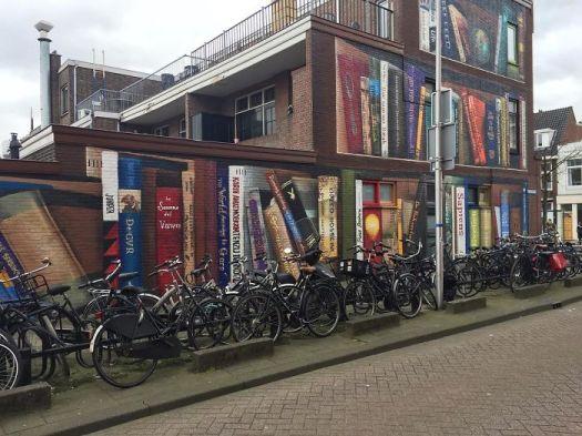 street-art-utrecht-apartment-building-transformed-into-bookcase-jan-is-de-man-5cadbddb75aef__700.jpg